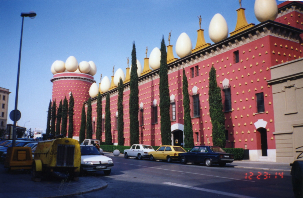 Teater_Museu_Gala_Salvador_Dali_building_from_outside (1)