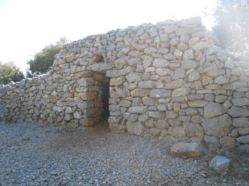 Walk: La garrigue de Caves stone structure near end of route