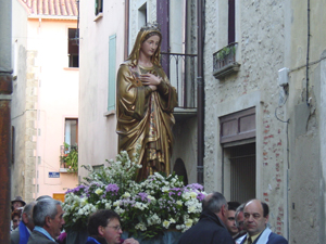 A statue of the Virgin Mary parades through Ille sur Tet